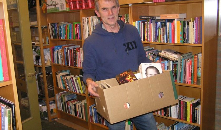 Wim Jansen moet nog heel wat boeken versjouwen voor het oude ziekenhuis leeg is.
