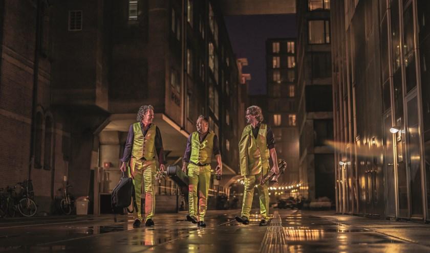 Enge Buren brengt muzikaal cabaret en bestaat uit drie multi-instrumentalisten.