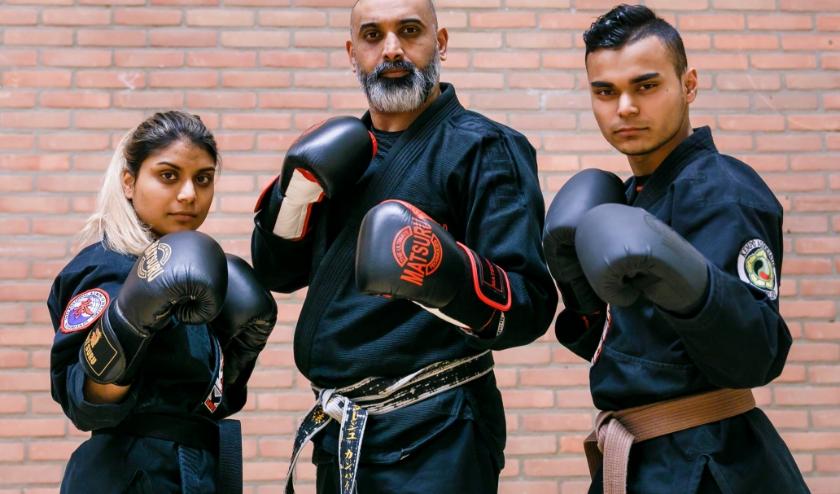 Ashvini Ramasray, Soeresh Kanhai en Avinash Ramasray demonstreren het Kempo onderdeel Fighting met bokshandschoenen.
