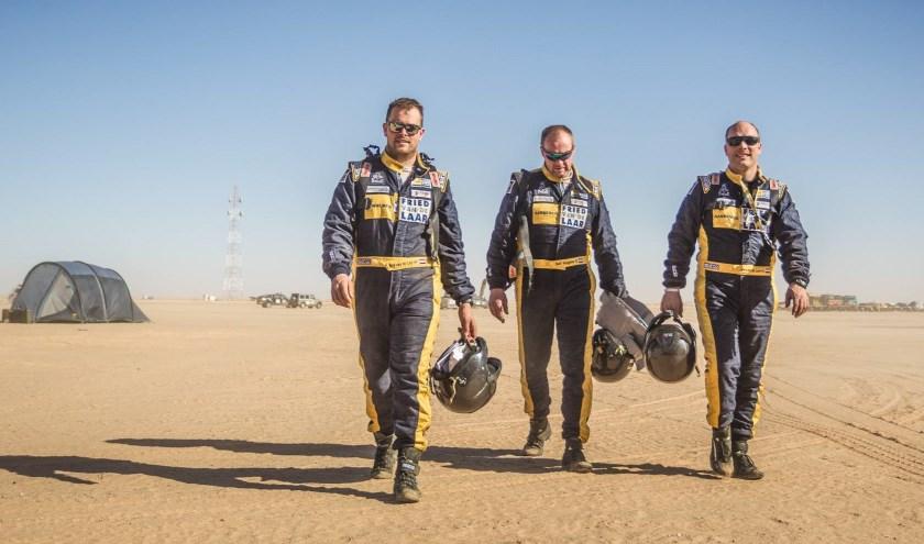 Van links naar rechts: Ben van de Laar, Simon Stubbs en Jan van de Laar. Elk jaar gaan ze de Dakar uitdaging maar wat graag aan.