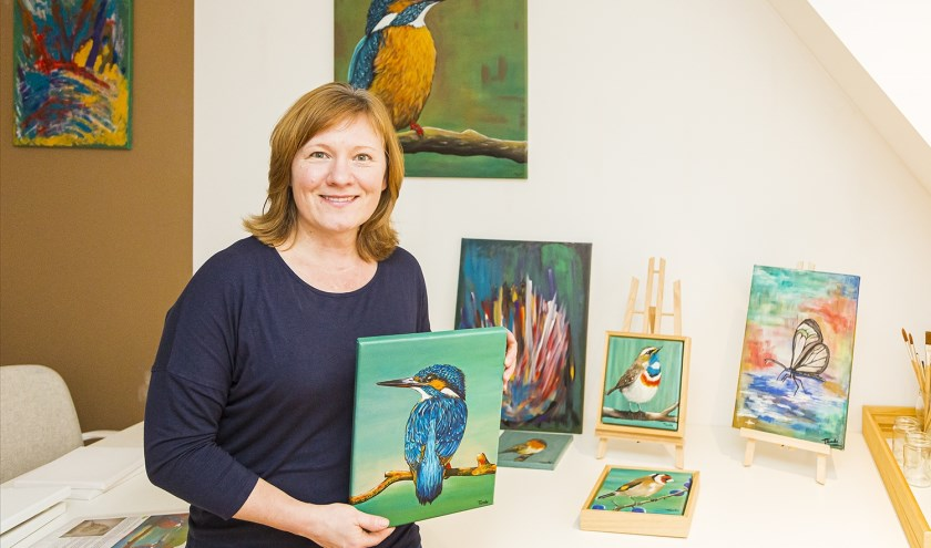Tünde Snijders in haar atelier met een deel van haar verzameling vogels die op verschillende exposities getoond worden.  Foto Wim Ham