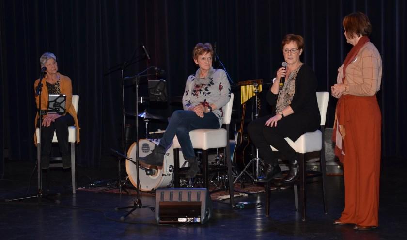 Dianne Engels in gesprek met 3 vrijwilligers.