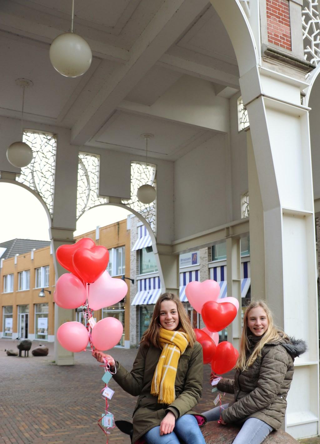 Twee jongeren vrijwilligers van Stichting Netwerk voor Jou met ballonnen om uit te delen in Veenendaal.   Foto: Joanne Kleermaker  © DPG Media