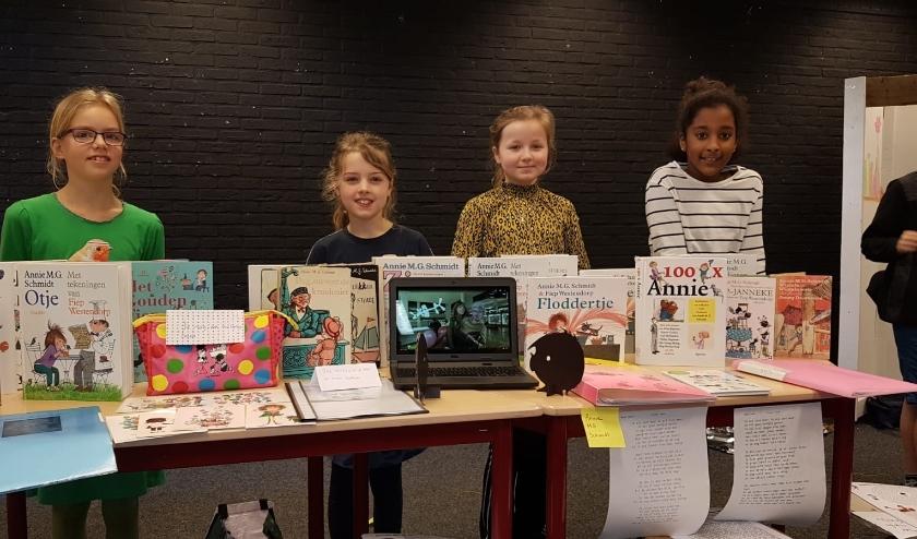 Leerlingen van de Jenaplanschool De Kring in Woerden presenteerden hun werkstukken over het venster Annie M.G. Schmidt van de canon van Nederland.