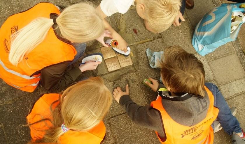 Stolpersteine poetsen is een belangrijk programma onderdeel van 75 jaar herdenking bevrijding in Hotten.