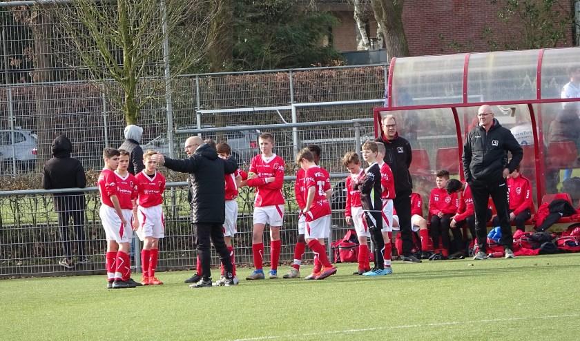 DOVO JO14-1 krijgt in de rust aanwijzingen van de gepassioneerde trainer Ben Schinkel, op de achtergrond trainer Cor van Triest en teammanager Fred Elbertsen.