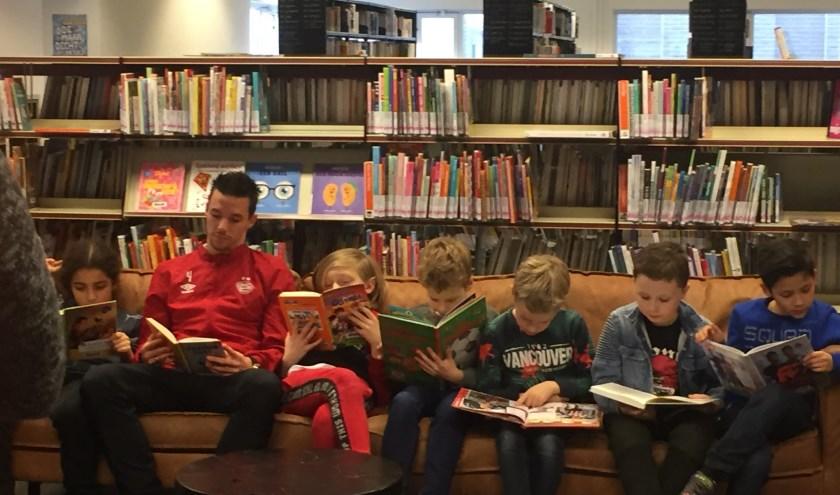 PSV-speler Nick Viergever moedigt kinderen aan om boeken te scoren. FOTO: Bibliotheek.