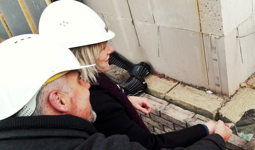 Edwin en Caroline Rienstra leggen de eerste steen van 'hun' Gastenhuis Bennekom. In september verwachten zij de eerste bewoners.