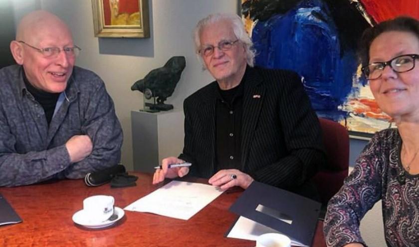 Frans Mensink, Pier van Dijk en Jenny de groot ondertekenen de stichtingsakte