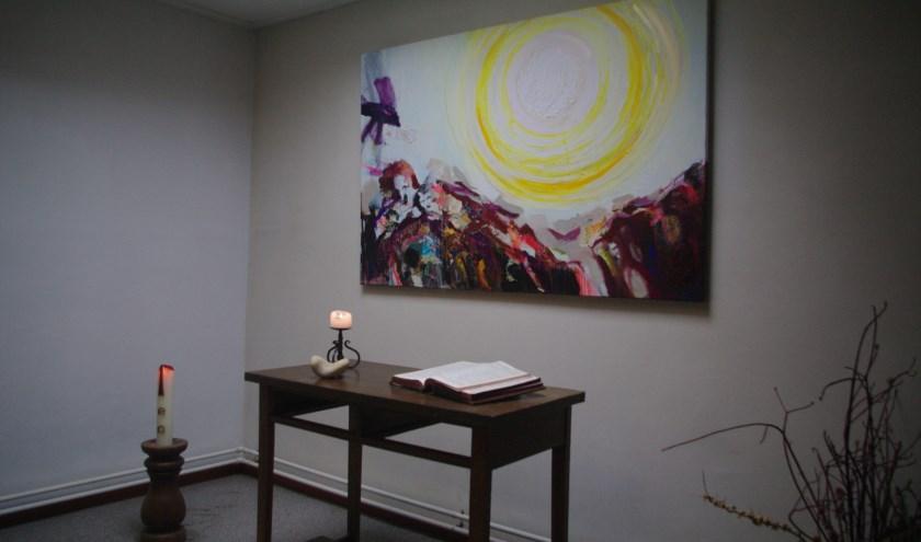 De Kleine Kapel Noetsele, zoals je die ervaart als je in de bezinningsruimte zit. Een mooi schilderij van Anne-Wil Jansen siert de ruimte.