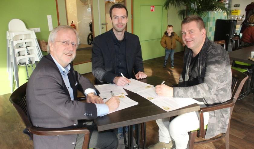 Vanaf links: Gerrit van de Weerd, Stefan Tanis en Willem Geerts. Zetten hun handtekeningen voor samenwerking. (Foto: Henk Jansen)