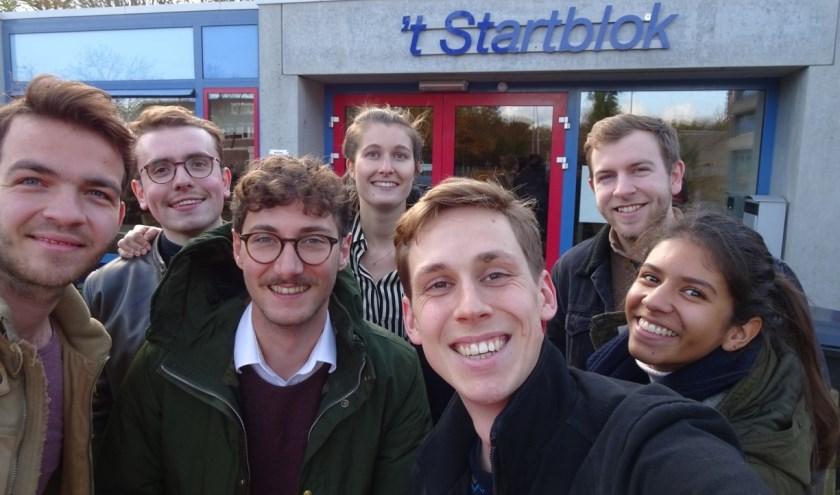Studenten Alex, Eric, Teun, Ella, Thijn, Jesse en Esmée (v.l.n.r.) werkten vrijwillig mee met groep 8 van basisschool 't Startblok.
