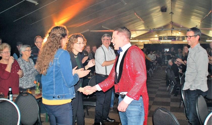 Bij binnenkomst heet Ad van Fortuin (Piet Blankers) ook burgemeester Judith Keijzers van harte welkom bij de Beerse Avond.