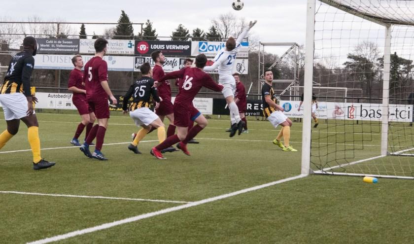 Luuk Broers (verborgen achter de paal) scoort uit een vrije trap de 1-0.