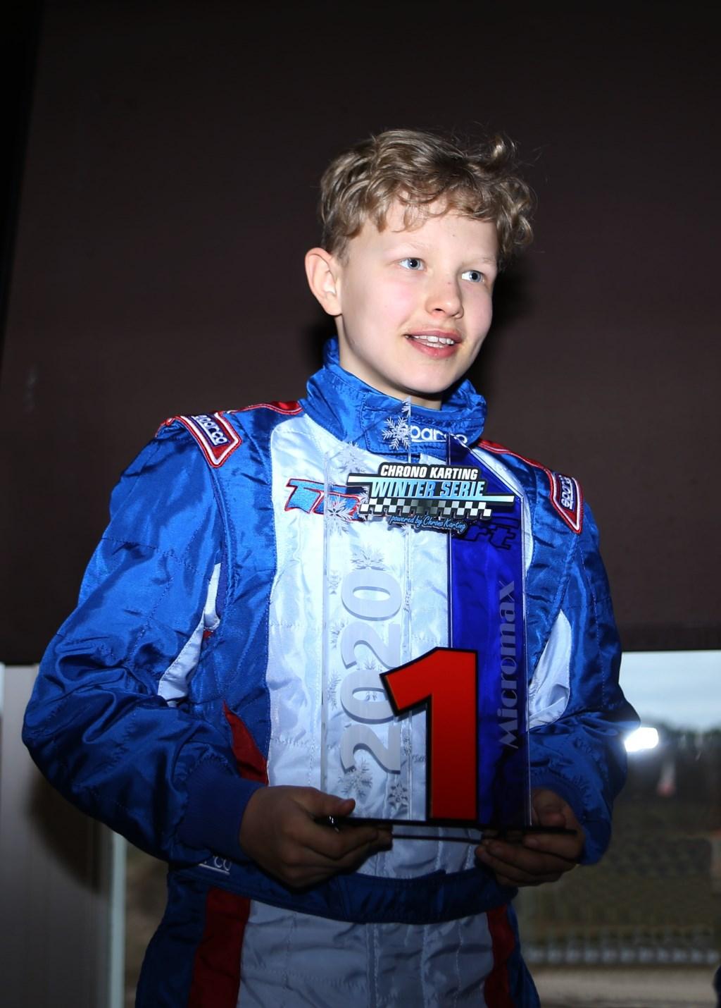 Mika met zijn prijs. (Foto: Bas Kaligis/RaceXpress.nl)   © DPG Media