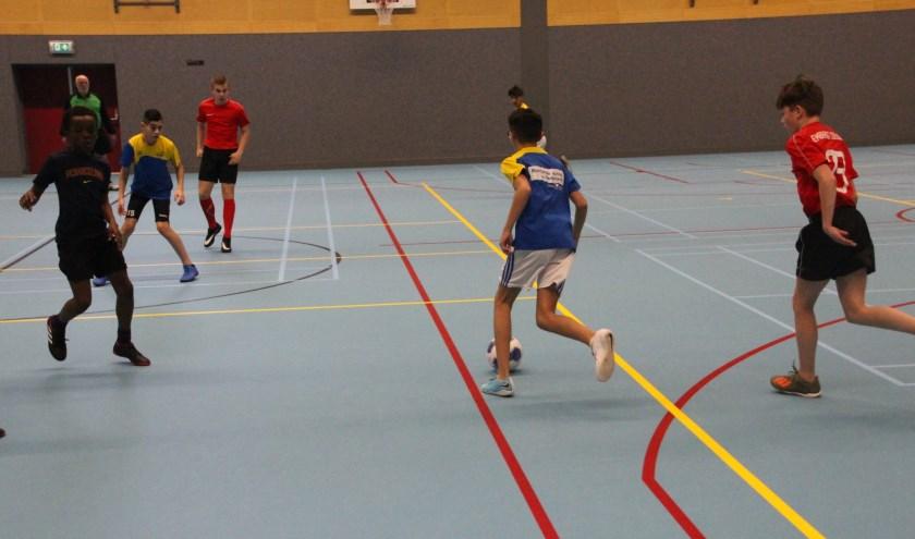 Het jongensteam van Het Perron en de meisjes van het CLV hebben zich vrijdag in Veenendaal geplaatst voor de halve finales van de zaalvoetbalcompetitie van Olympic Moves.