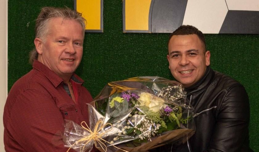 Technische zaken overhandigd bloemen aan Davy Eustacia na ondertekenen contract. (foto: Edwin Fennema)