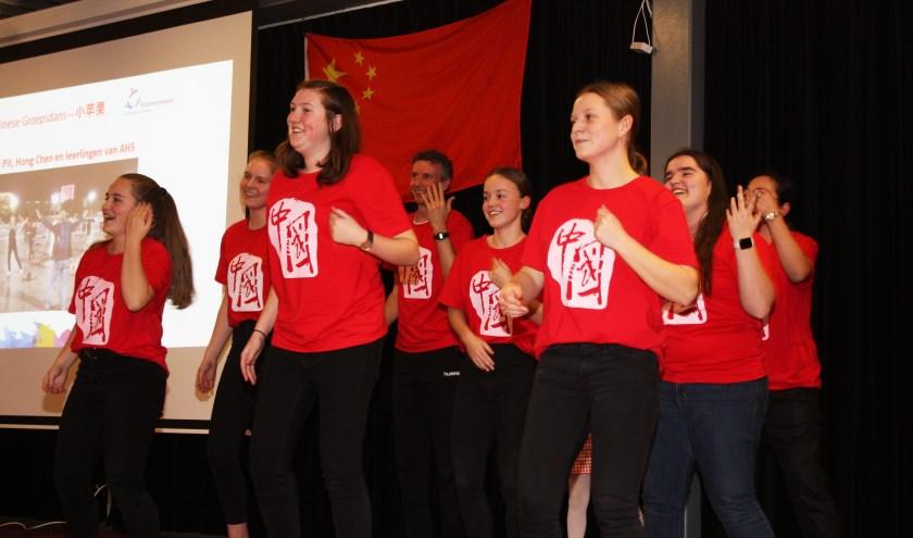 Leerlingen van atheneum 5 presenteren een Chinese dans. (foto: Rein Tanis)