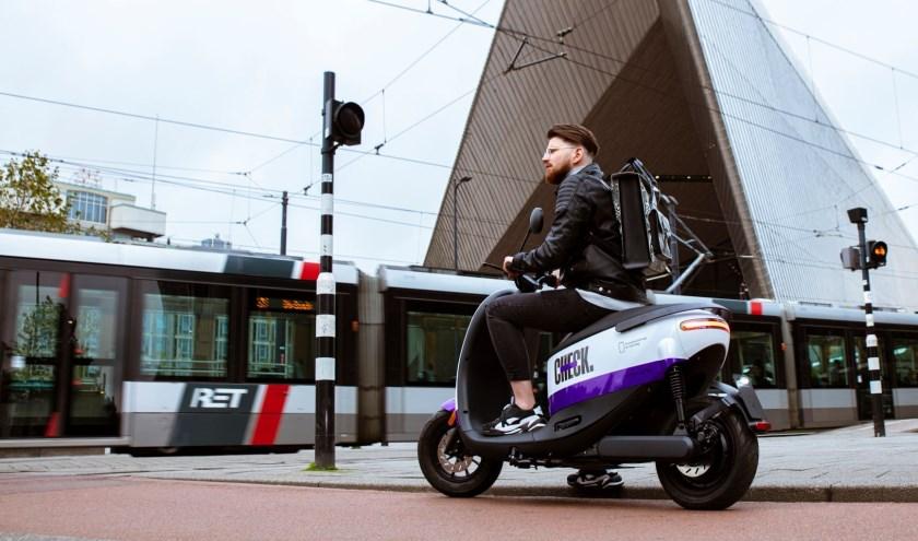(Deelscooter van Check voor Rotterdam Centraal. Foto: Check)