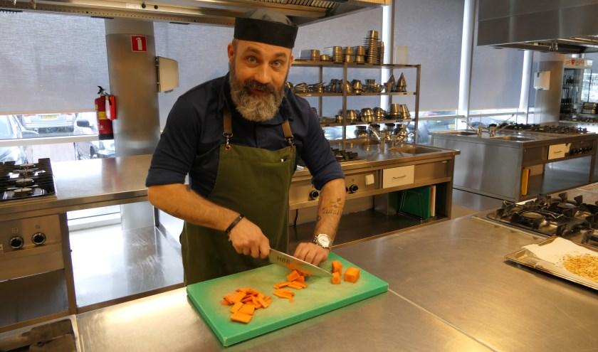 Erik bereidt een lunch voor in de keuken van ROC Nijmegen.