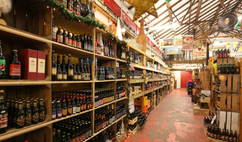In de bierwinkel vindt uruim 3000 soorten binnenlandse en buitenlandse bieren. (foto: VVV Ermelo)