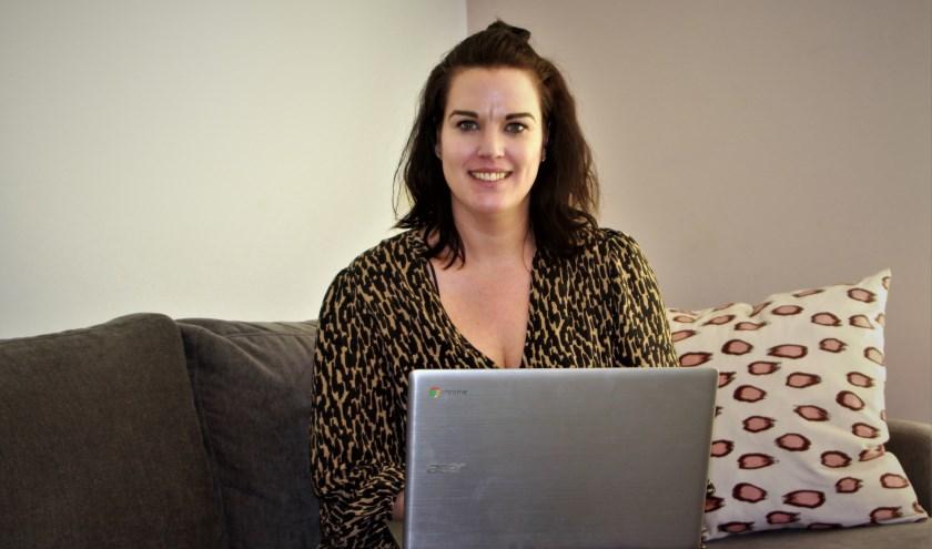 De Ochtense blogger en influencer Inge van Cleef met één van haar belangrijkste communicatiemiddelen op schoot. (Foto: Arno voor de Poorte)