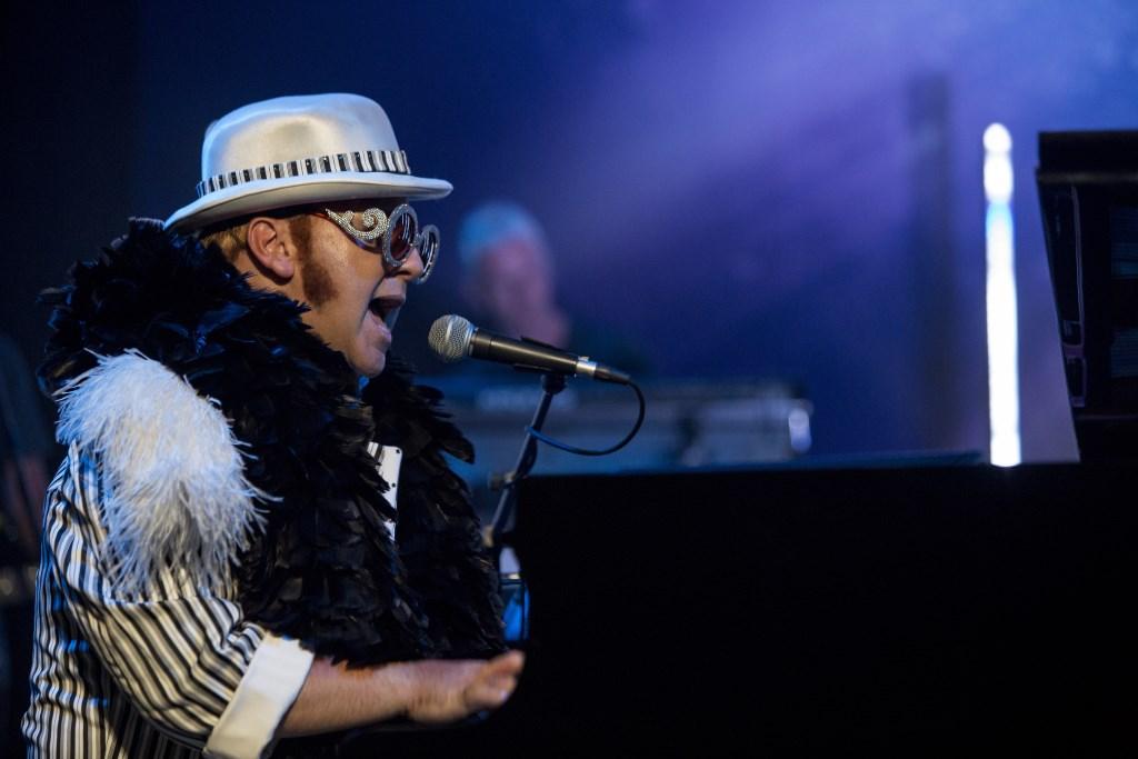 Jimmy Love en band brengen een eerbetoon aan Sir Elton John, een van de meest succesvolle singer-songwriters van zijn generatie.  © DPG Media