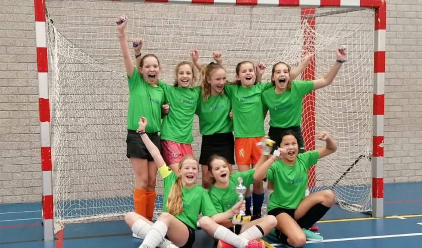 De meiden van de Margrietschool zijn er met de Kalsbeek Zaalvoetbal Cup vandoor gegaan.