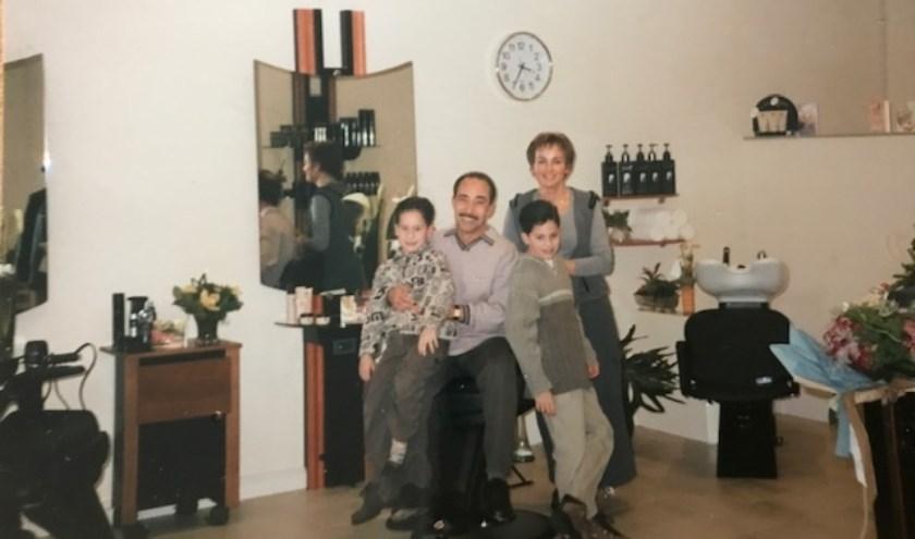 Nellie Ayeb met echtgenoot en kinderen, waarvan Samir nu ook in de salon werkt.