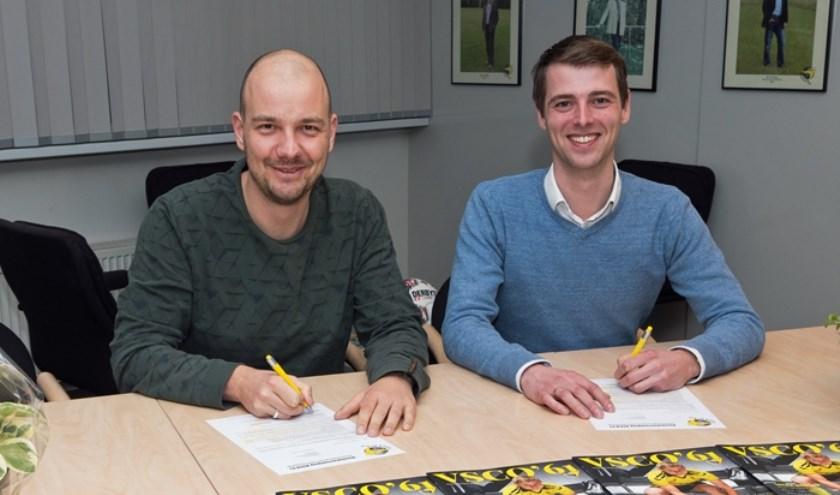 Rick Spijkerboer (l) en Sjoerd Kwakkel  ondertekenen de subsponsorovereenkomst