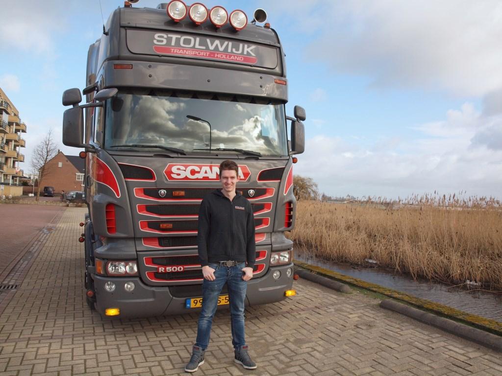 Kaimo Stolwijk (20) heeft zijn eigen vrachtwagen en zijn eigen transportonderneming. Zijn jeugddroom maakte hij waar.  Foto: Morvenna Goudkade © DPG Media