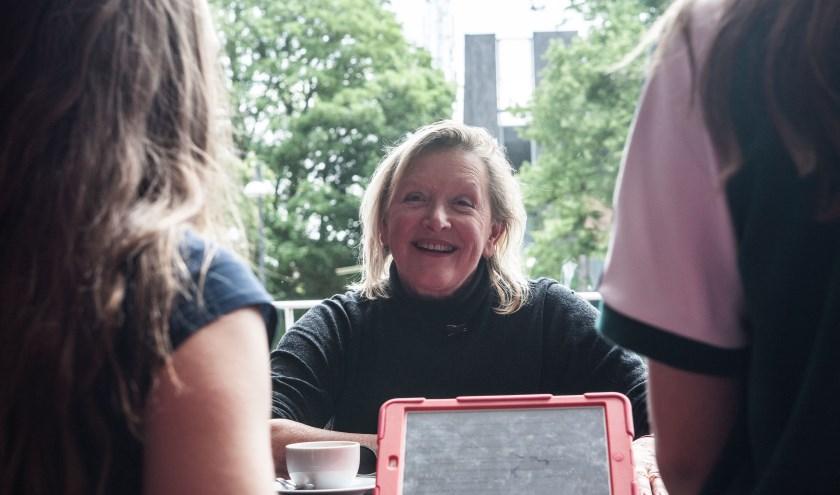 Annegreet van Bergen in gesprek met jongeren.