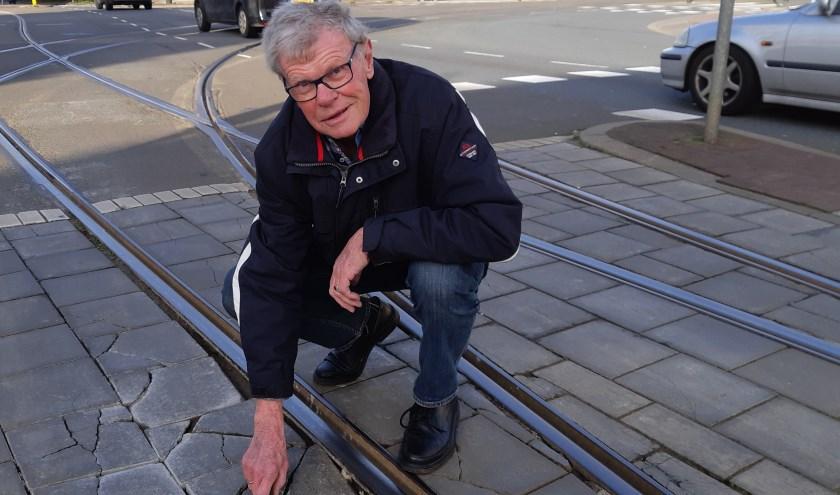 De heer Jonker weet het zeker: De bus rijdt bij de bocht telkens weer de stenen kapot. Foto: Frans Limbertie