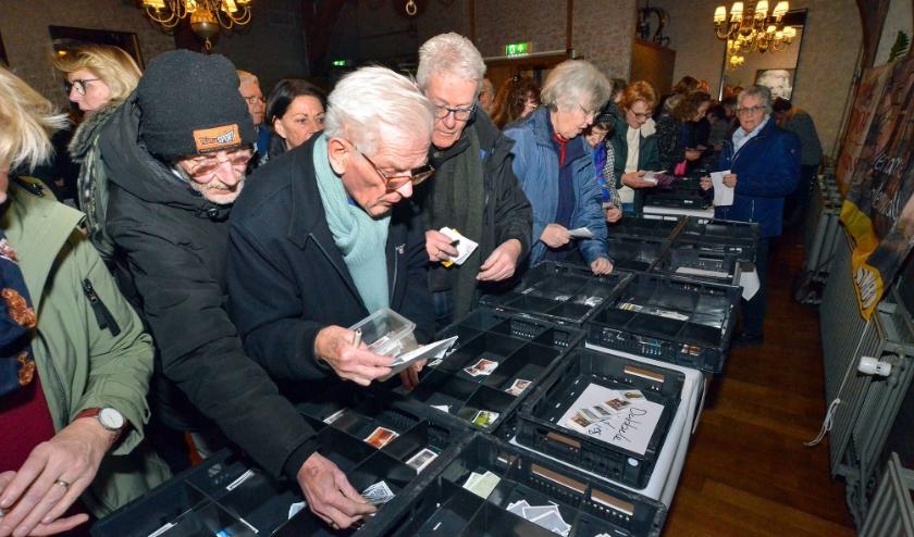 In het Oude Stadhuis konden woensdagavond plaatjes voor het boek De Stad Montfoort worden geruild. (Foto: Paul van den Dungen)