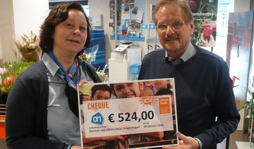 Annette Vendel overhandigt de cheque aan Frits Mutsaers (foto: Liliane Fonds).