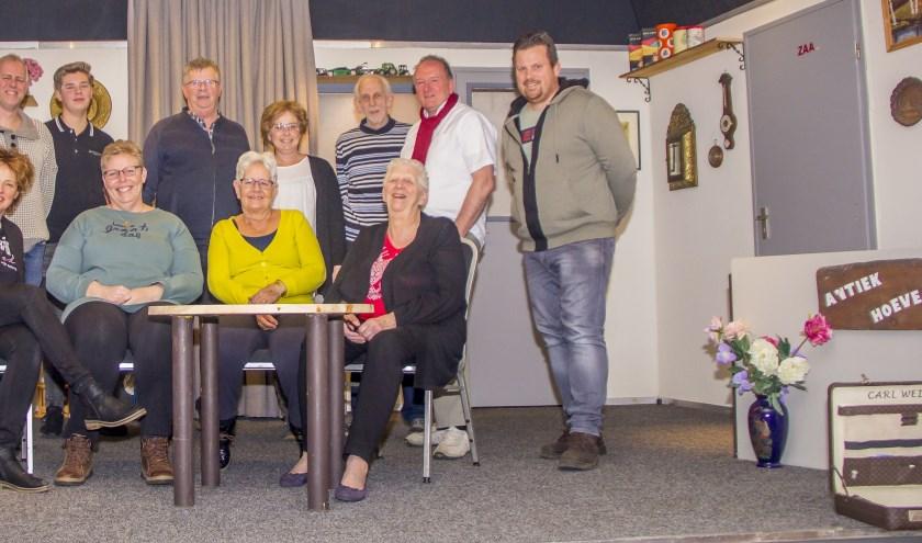 De cast van Toneelvbereniging Burgerenk die 'Aalbers antiek en brocante' opvoert. Afwezig op de foto zijn Gert Brummel en Gerwin Kamphuis.