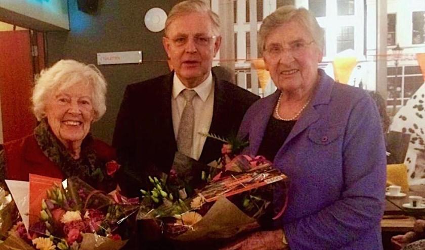 De twee jubilarissen, mevrouw Heemskerk en mevrouw Löwesteijn, samen met wethouder Han de Jager.