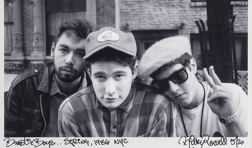 Huisfotograaf van Beastie Boys, Ricky Powell, was zo in zijn nopjes met Still Ill dat hij een foto uit zijn archief afstond, v.l.n.r: Adam (MCA) Yauch, Adam (Ad-Rock) Horovitz en Michael (Mike-D) Diamond, foto: Ricky Powell