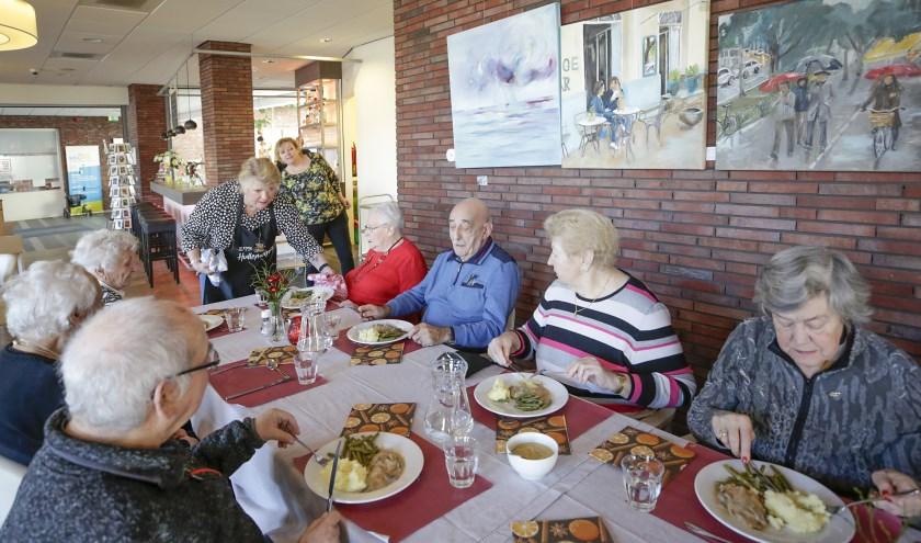De vrijwilligers van eetgelegenheid Het Bestek serveerden afgelopen vrijdag hun eerste driegangenmenu. (Foto: Jurgen van Hoof)