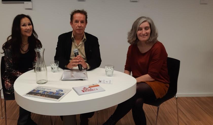 Presentator Frans Limbertie hier met gasten uit de laatste show, Miranda Rennings en Marinka Koornneef