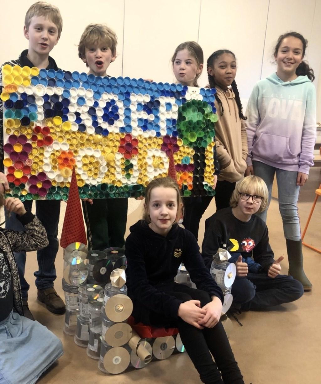 KindeRdam BSO kinderen trots op hun kunstwerken van gerecyclede materialen  Foto: Saskia Dubbeldam © DPG Media