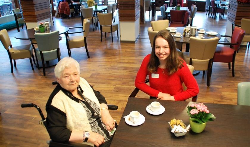 Mevrouw van Gerven (79) en Jessica Polderman (19) genieten allebei van de wekelijkse uurtjes samenzijn.