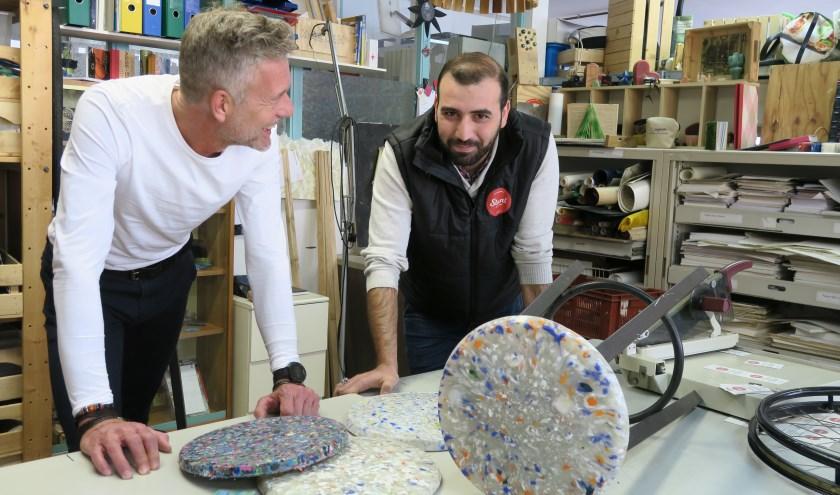Marc Boekenstijn (links) en Stuntman Nezar Habib in de werkplaats met een kruk van gerecycled Delfts plastic. (Foto: Annemarie Oorthuizen)