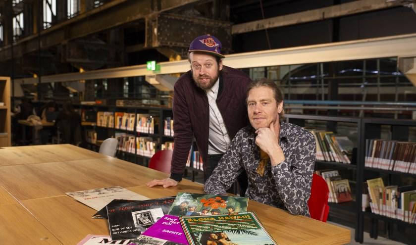 Dennis Bernaerts en Joris van Laak ruilen de vertrouwde studio van Omroep Tilburg tijdelijk in voor de LocHal. foto: Dewi Johan