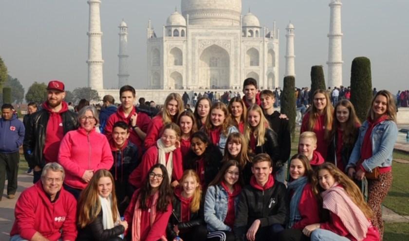 Groepsfoto van de deelnemende Sondervick College-studenten bij de Taj Mahal, Agra. FOTO: G. Smits.