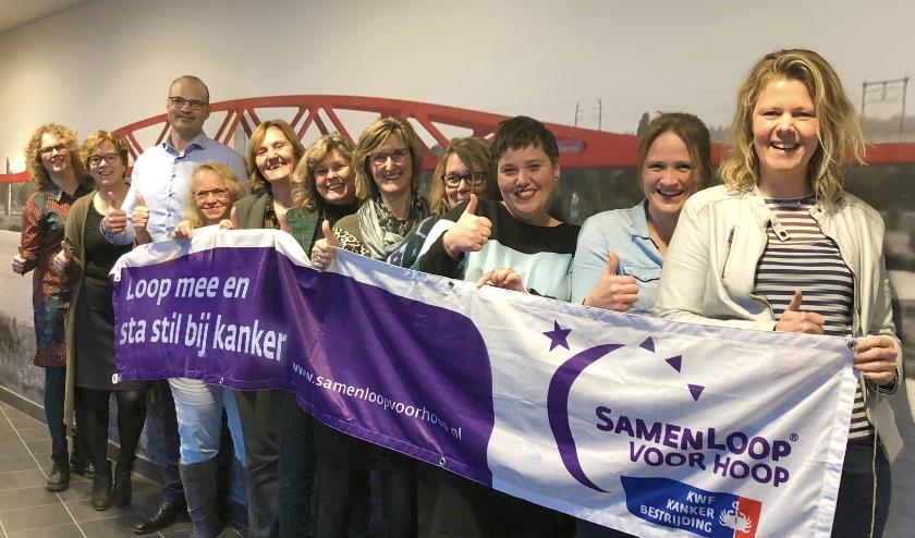 Teamcaptain Marjolijn Gerrits (derde van rechts) met een deel van de betrokken collega's deltaWonen.