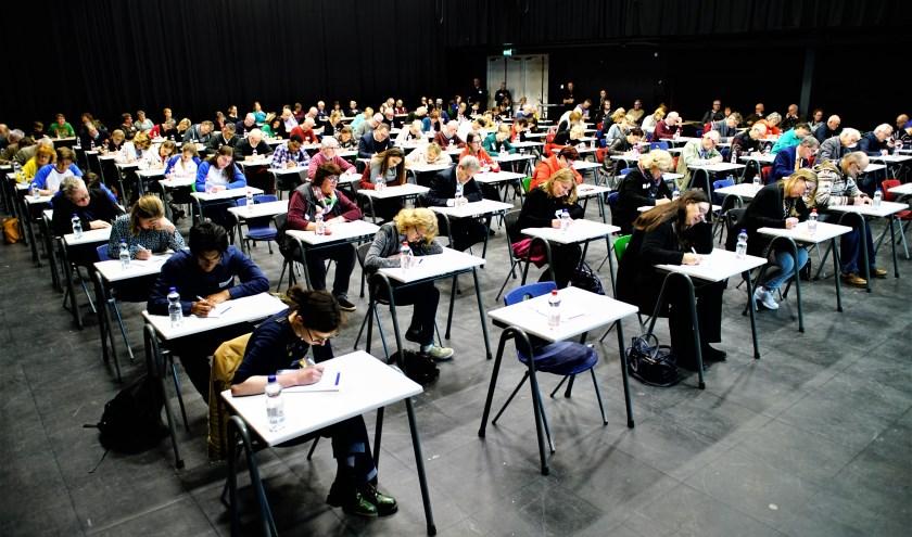 92 deelnemers bogen zich over het Groot Zoetermeers Dictee wat bestond uit 12 zinnen. Foto: Robbert Roos