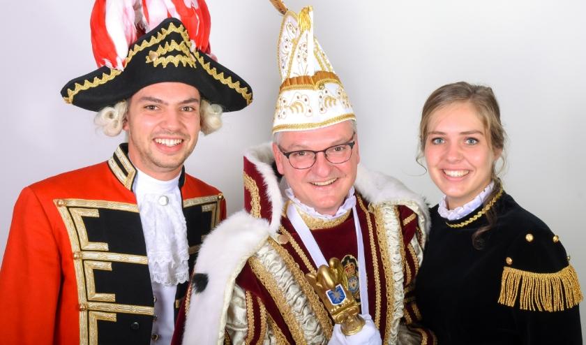 Prins Remco Hageman (midden) met aan zijn zijde Page Simone en Adjudant Tijmen.