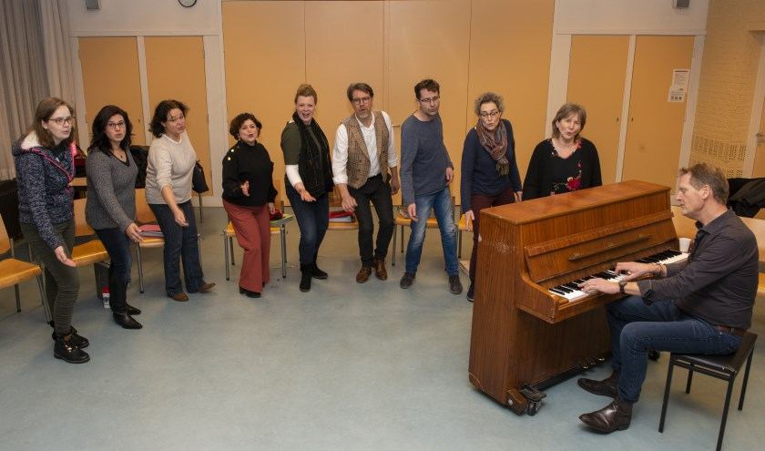 Het enthousiaste popkoor VocalLab oefent iedere donderdagavond in gebouw De Antenne in Epe. Achter de piano: dirigent Geert Topper.