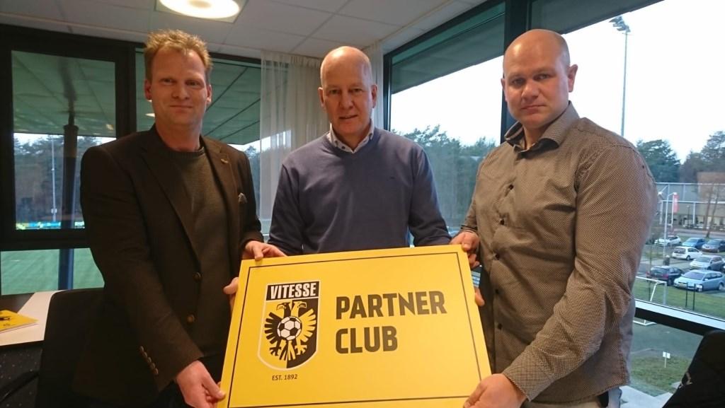 Pascal van Wijk (l.), René van Maasakkers (m.) en Marc Prins (r.) tonen gezamenlijk het bord van de partner overeenkomst. Foto: G.V.V.V. © DPG Media